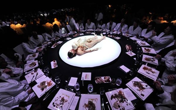 skeleton center THE ABRAMOVIC METHOD   performance live al PAC di Milano
