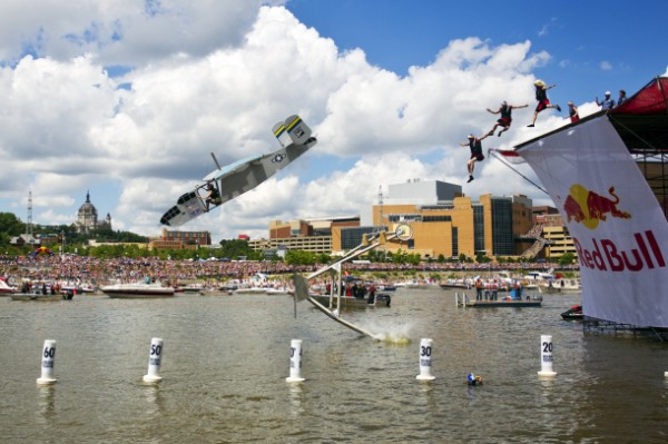 Red Bull Flugtag Twin Cities 04 600x399 RED BULL FLUGTAG   allIdroscalo la gara di volo più pazza