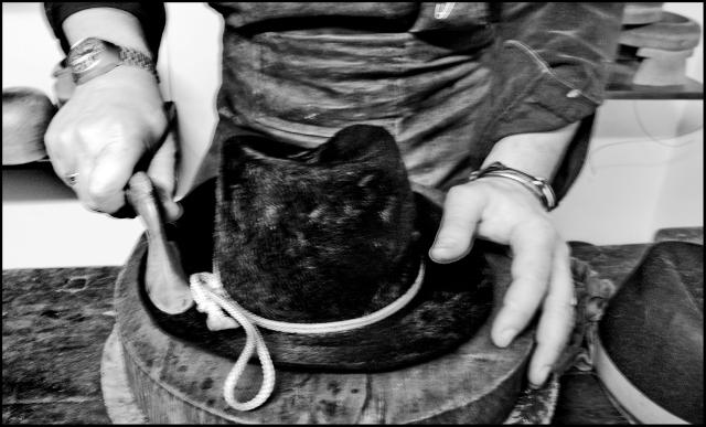 Lavorazione MOVE ROMA   cappelli in modalità artigianale.