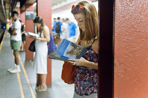 tumblr m782i5Fgnd1r8bc3no1 500 READING RIDERS   la biblioteca di NYC è in metropolitana