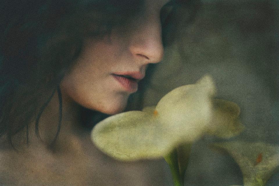 girl with flower MICHELA AMADEI   dietro lo sguardo di una giovane fotografa