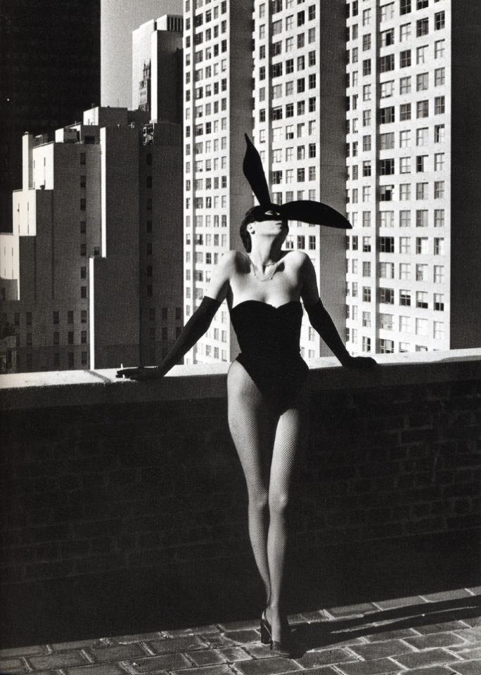 elsa peretti as halston bunny girl nov 1975 shot by helmut newton NUDES   da Helmut Newton a Vuitton