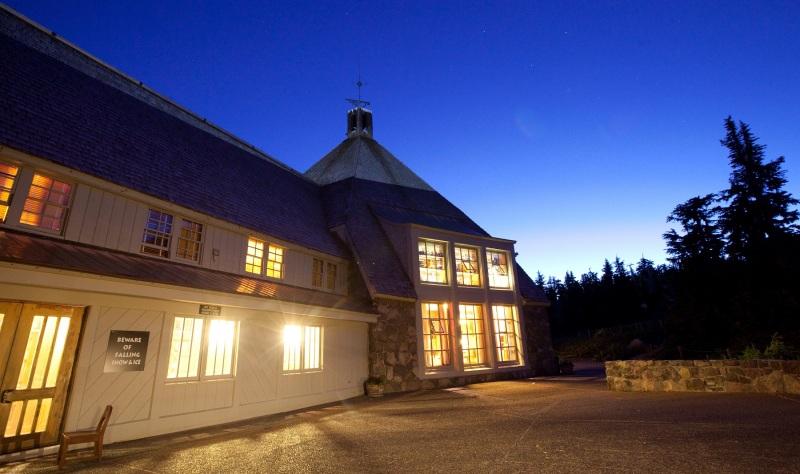 Timberline Lodge External e1414155549323 HORROR HOTEL PER HALLOWEEN