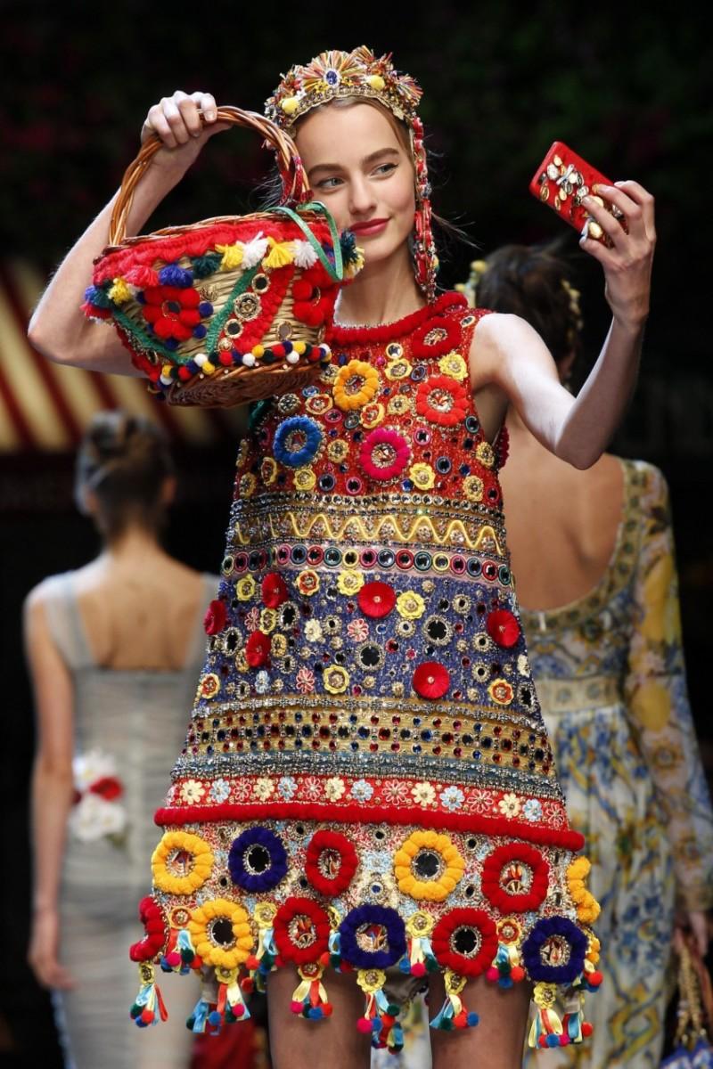 borsa a cestino con applicazioni in tessuto floreali dolce e gabbana e1456137553558 La comunicazione cambia, la moda resta