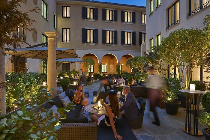 milan fine dining mandarin bar courtyard dusk MANGIARE ALLAPERTO A MILANO 2018