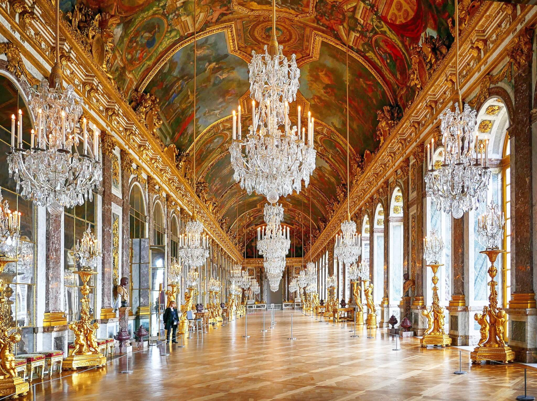 Hall of mirrors in the Palace of Versaille at closing Architettura, lusso e sangue blu